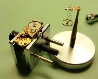 Orologeria Cotifava Mantova 1946: riparazione spirale del bilanciere di un piccolo orologio vintage